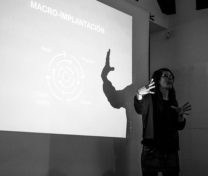 Ione en un momento de su charla: Service Design aplicado. En el 04x10