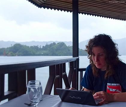 Carmen Lanza contestando emails en el Estrecho de Lembeh Indonesia