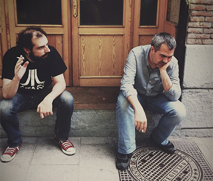 Dani de la Rica y Nacho Gil discutiendo en la puerta de Fjord