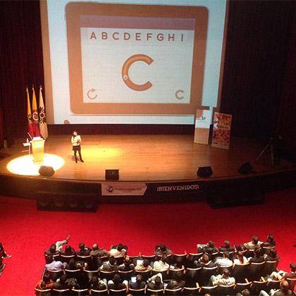 Karina Ibarra en Noviembre 2013. Bogotá, Colombia. En el Día Mundial de la Usabilidad hablando sobre ABCKit.