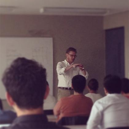 Javier Cañada impartiendo un taller en el Día de la Usabilidad en Bogotá