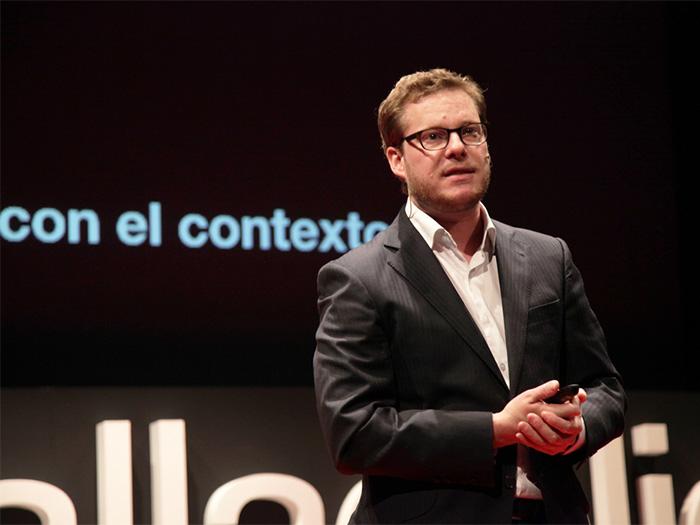 Javier Cañada dando una charla en TEDxValladolid sobre la creación individual