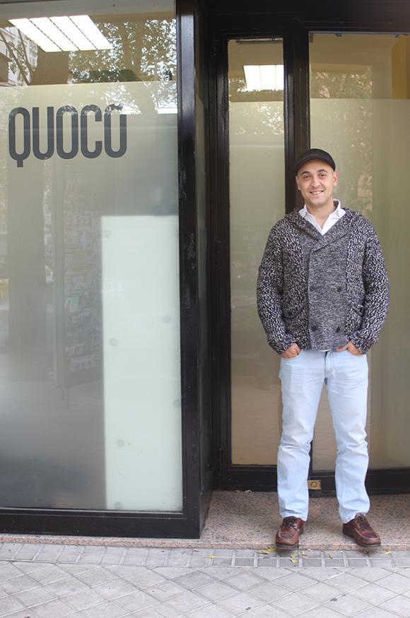 Txuma Campos en la puerta de su agencia, QUOCO.