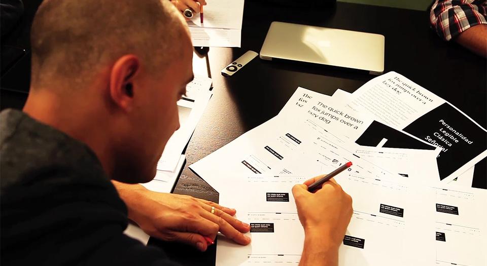 Txuma Campos trabajando sobre tipografía