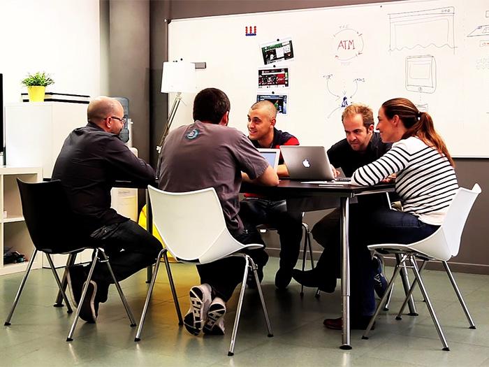 Txuma Campos con Victor San-Vicente, Sergi Meseguer (de espaldas), Alberto Paredes y Laura Sánchez-Ostiz. Es una sesión de trabajo durante el proyecto del Atlético de Madrid.