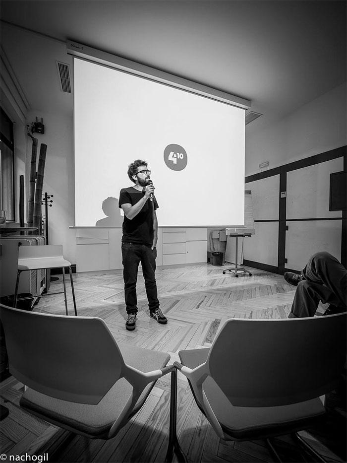 Alberto Romero presentando un 04x10. Fotografía cortesía de Nacho Gil.