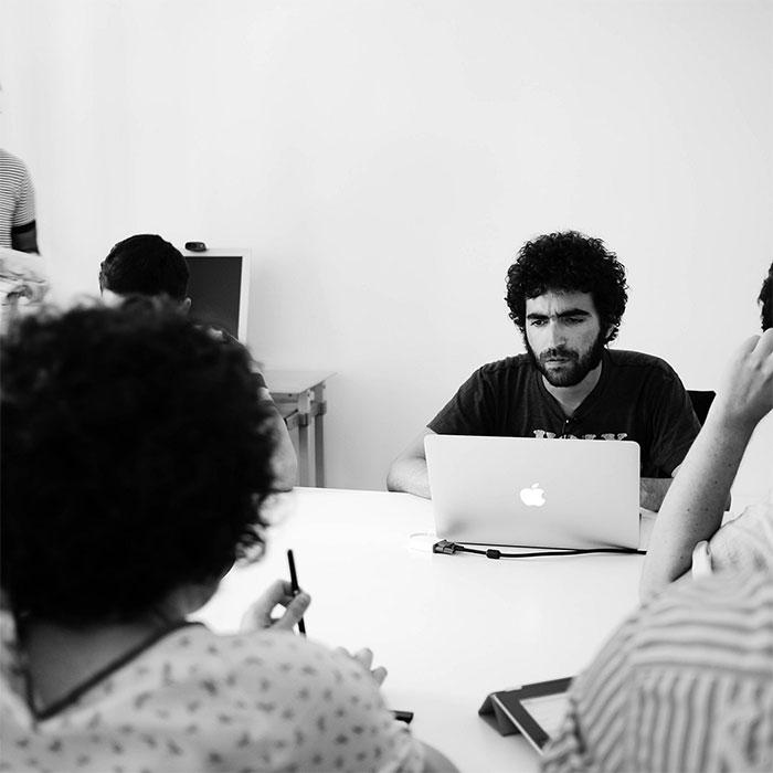 Alberto Romero trabajando en Designit. Fotografía cortesía de Ale Muñoz