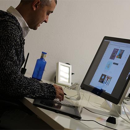 Txuma Campos trabajando en su agencia QUOCO