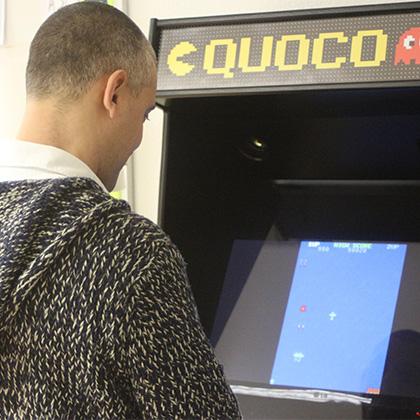 Txuma Campos jugándo con una máquina recreativa en su agencia QUOCO