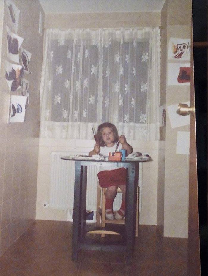 Marta García Pascual en la cocina de su casa pintando de pequeña